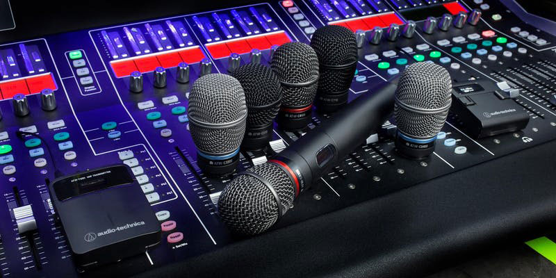 Audio-Mischpult und Mikrofon