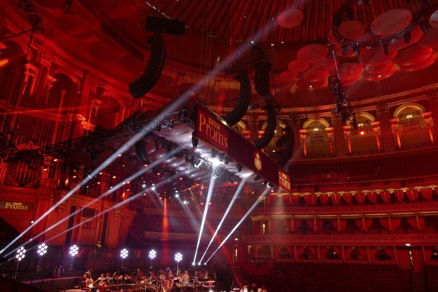 Die L-ISA Konfiguration von Delta für die Royal Albert Hall bestand aus fünf Arrays mit jeweils 15 Kara-Systemen, im gleichen Abstand über die Bühne verteilt, sowie vier zentral geflogenen KS28 Subwoofern. # © James Cumpsty