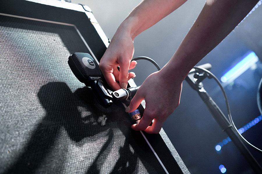 Das Sennheiser e906 lässt sich spielend leicht vor jedem Amp befestigen, zur Not baumelt es einfach am Kabel.
