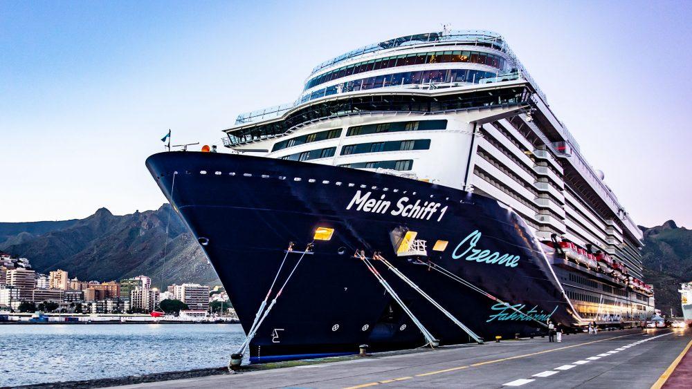 """Die """"Mein Schiff 1"""" im Hafen von Teneriffa."""