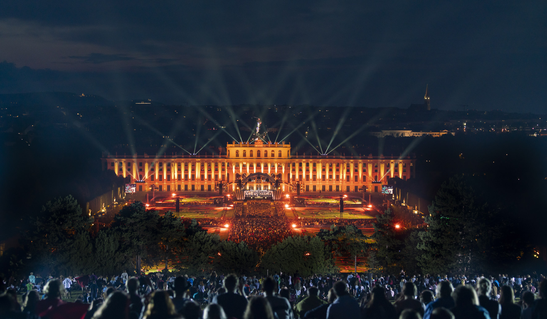 Trotz aller Showlicht-Elemente, ging es natürlich in erster Linie noch immer darum, das große Klassikorchester auf der Bühne nach allen Regeln der Kunst auszuleuchten.