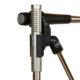 Die kompakte Kombihalterung positioniert ein R-121 direkt neben einem dynamischen Mikrofon wie dem SM-57 und richtet beide Mikrofone über die integrierten Markierungen phasengleich zueinander aus.