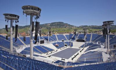 Der massive Umfang der Produktion erforderte vier separate Bühnen: jeweils eine auf jeder der vier Tribünen, und eine fünfte in der Mitte der Arena. # © Luca Carmagnola