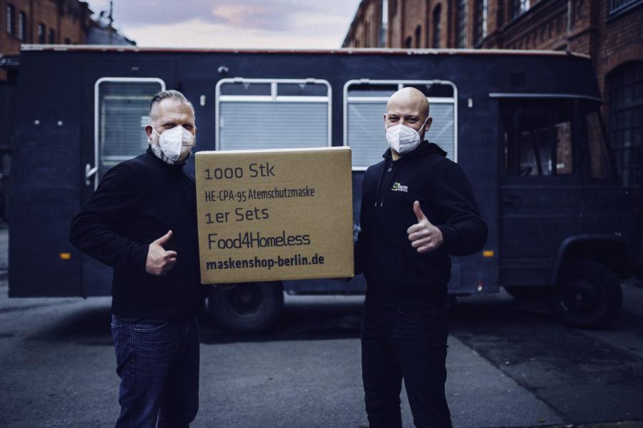 Knut Borowski (l.) von Food4Homeless nimmt 1.00 Masken entgegen.