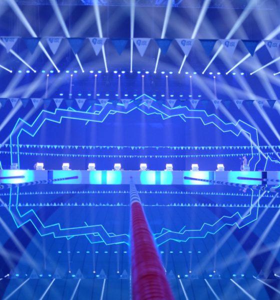 """Aldo bemerkt, dass """"es für diese Art von Projekt keinen Präzedenzfall gibt, also musste alles neu erdacht werden. Sowohl die Tatsache, dass es kein Publikum gab, wie auch die strengen Anforderungen der Übertragungstechnik mit einer allgegenwärtigen AR-Umgebung, sowie all die Anforderungen eines Wettbewerbs auf Weltklasse-Niveau machten das Projekt komplizierter."""" © Set & Lighting Design PRG & Concept K for ISL 2020"""