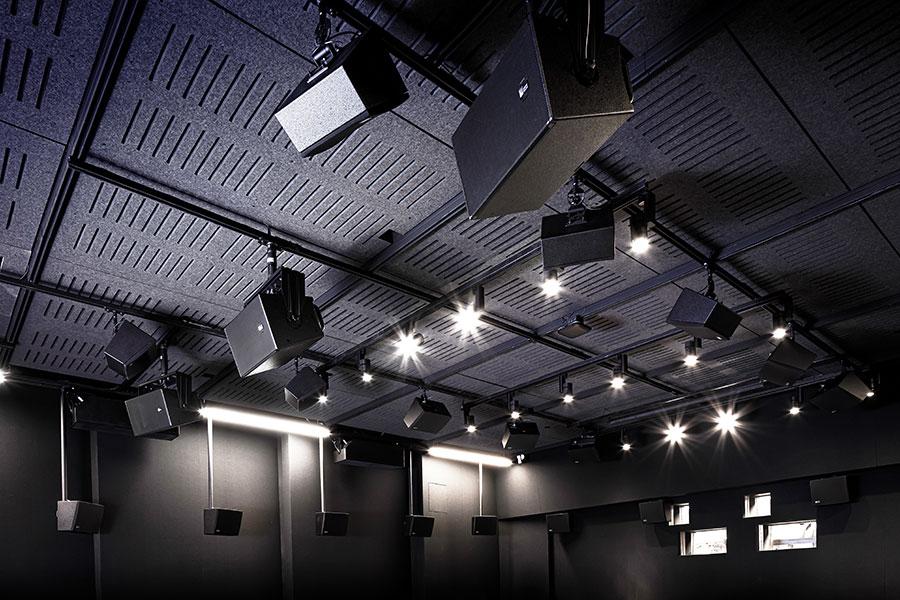 Das System besteht aus Hochfrequenzkomponenten, die das Display als Reflexionsfläche für jeden Bildschirmkanal nutzen und nahtlos mit direkt abstrahlenden Tieftönern abgestimmt sind. © Adrian Tiemens