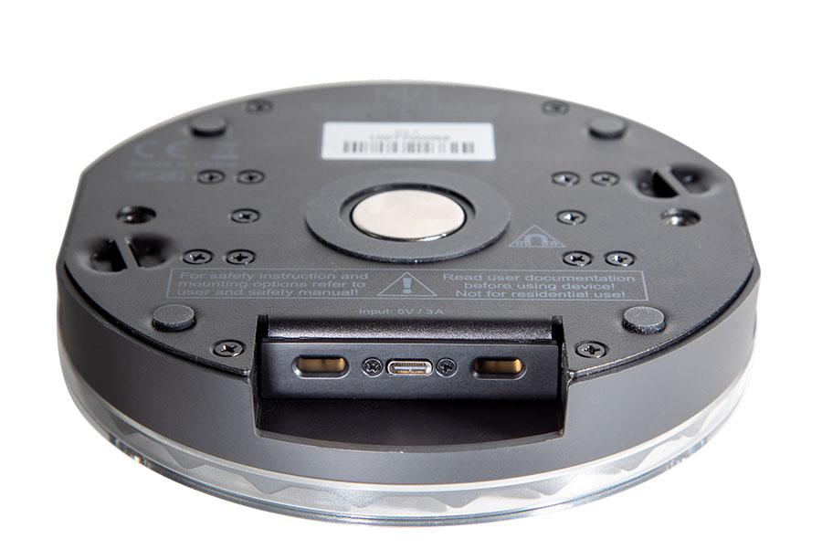 Mit dem Magnet in der Mitte des GLP Creative Light lässt sich das Gerät unkompliziert befestigen, der Gummi drumherum schützt vor Verrutschen.