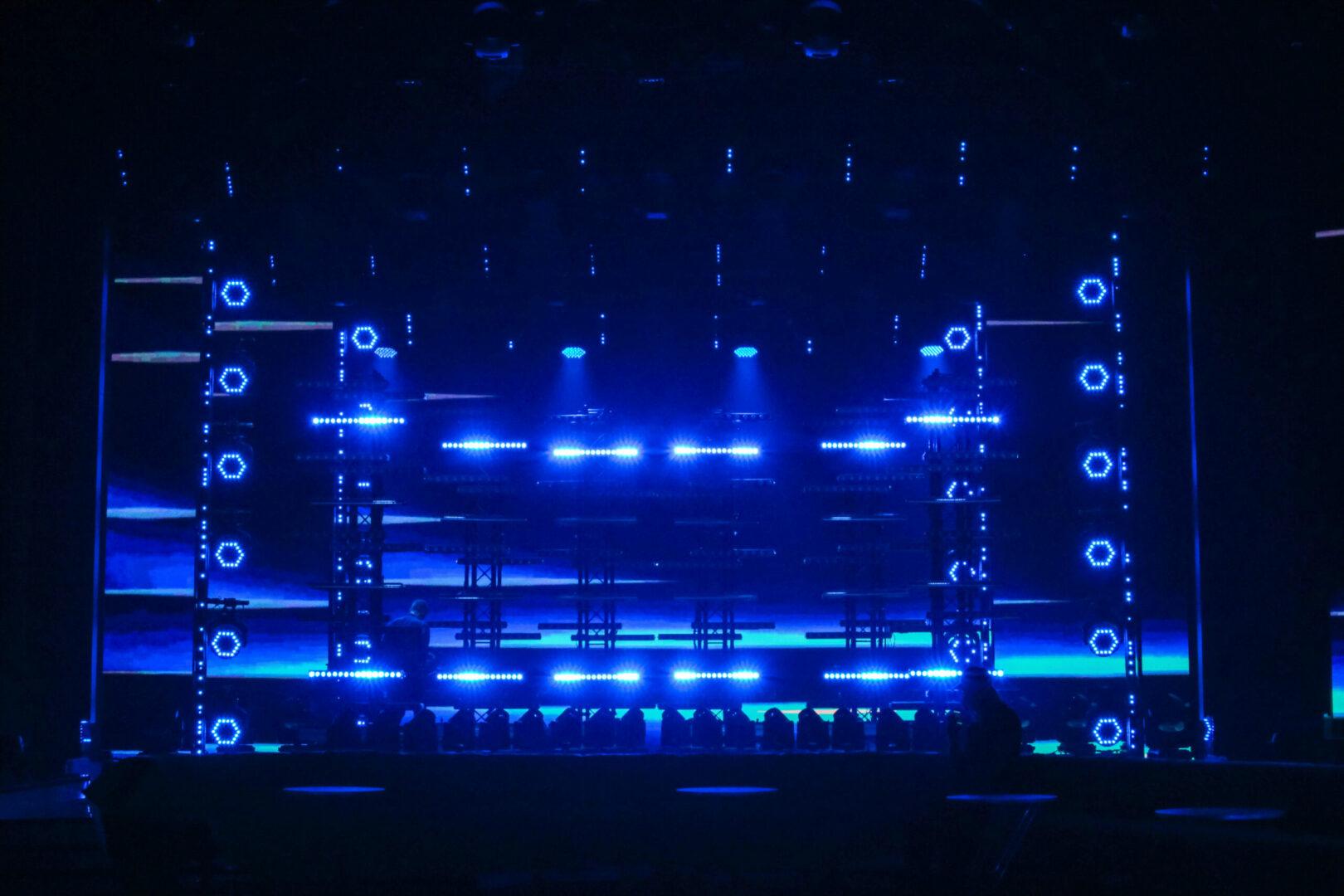 Als Lichtdesigner und lichtsetzender Kameramann setzte Gerdon die neuen LED-Sticks auf der Showbühne während der Performance von Sarah Lombardi und Luca Hänni als effektvolles Showlicht ein. © Marek Papke