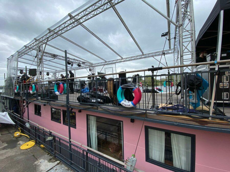 T‐Stage lieferte ein Dach und diverse Treppenkonstruktionen, um den Weg vom Land zum Boot leichter zu gestalten. © Groh PA Veranstaltungstechnik.