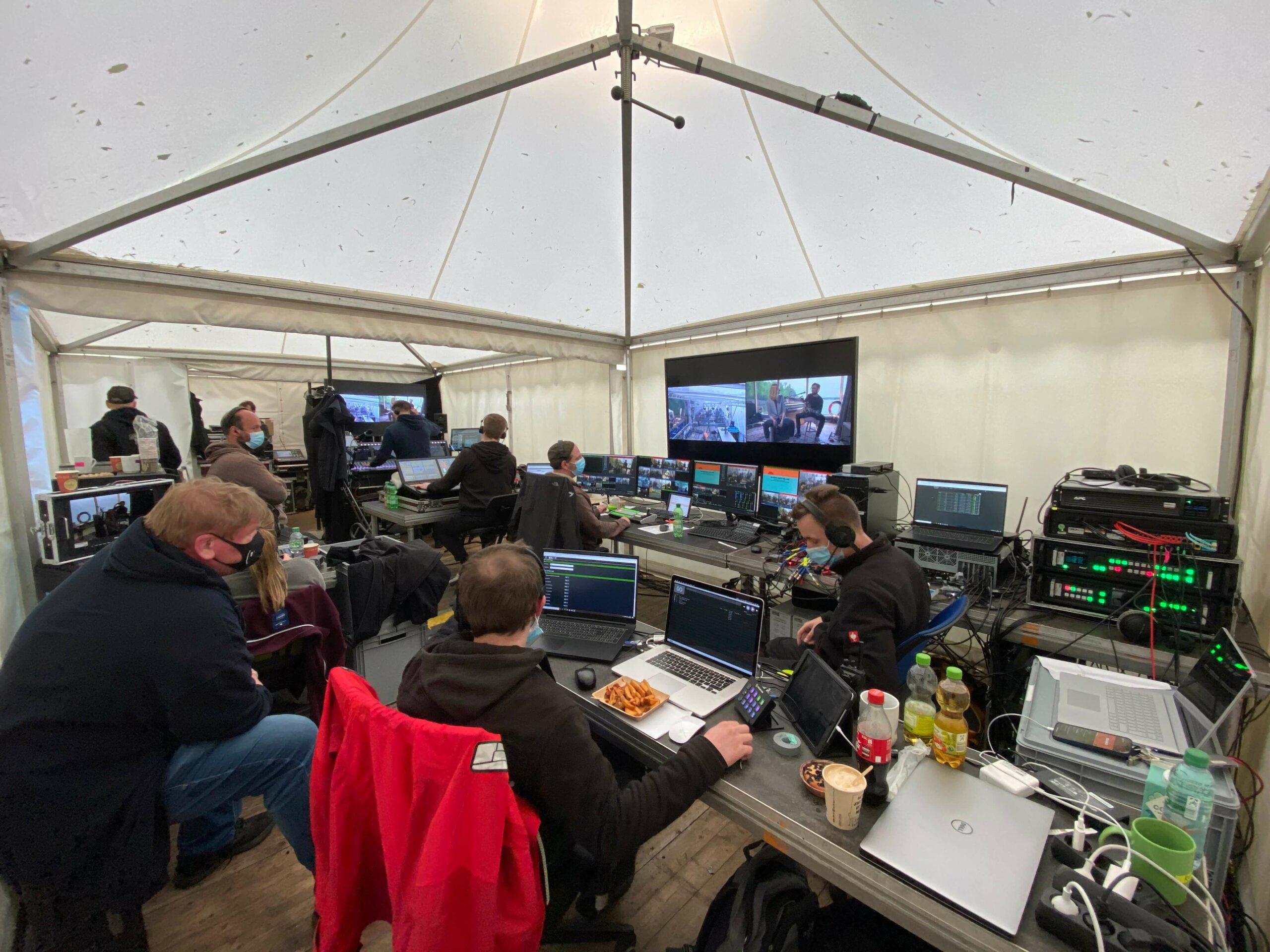 Die Videoregie und der FOH wurden an Land in Zelten untergebracht. Rund 100 Meter Kabelstrecke lagen zwischen Regie und Boot. © Groh PA Veranstaltungstechnik