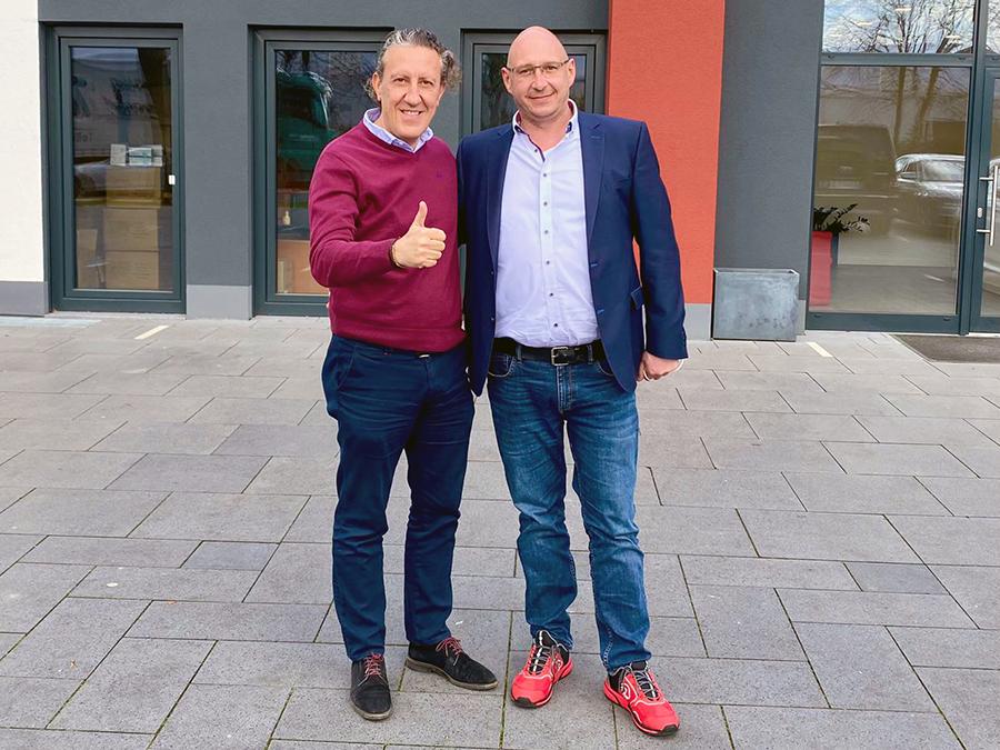 Arne Deterts, Geschäftsführer DAS Audio GmbH und Manuel Peris (links), CEO der DAS Audio Group SL vor dem neuen Firmensitz in Troisdorf bei Bonn.