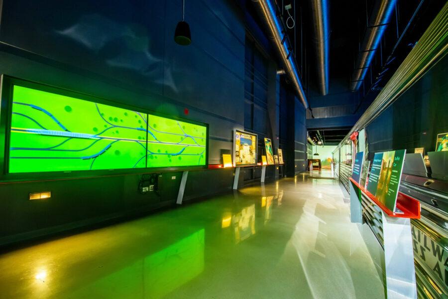 Ein Kern des Ausstellungsupdates, welches das Ziel verfolgte, den Zephyr für neue Generationen erlebbar zu machen, ist eine mehr als 50 Meter lange Projektion, die am Zug entlang verläuft. © Heidi Peters / Museum of Science and Industry, Chicago