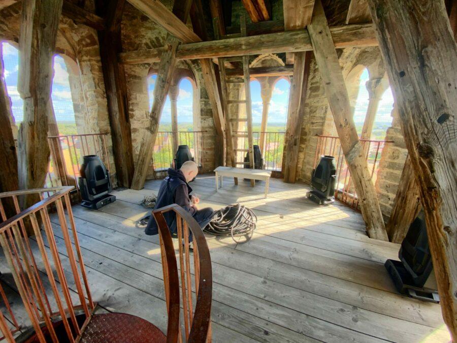Sieben Proteus Maximus von Elation schleppten Jakob Hornfeck und seine Crew in den Turm des Merseburger Doms. Alle Fotos: J. Hornfeck)